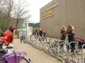 """<P STYLE=""""text-align: left;"""">We zijn bij de zevende Montessorischool in het Rembrandtpark. We zien Burcu en Sanne. Zij kennen elkaar van deze basisschool. Ze halen Carmen op, het zusje van Sanne.</p>"""
