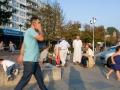 """<P STYLE=""""text-align: left;"""">We zijn hier op het Allebéplein en dat is ongeveer het centrum van Slotervaart. Tijdens de zomermaanden hangt hier vaak een mediterrane sfeer van allemaal mensen die elkaar ontmoeten. <br> We zien hier de organisator van het Iftar, meneer Ziani. Hij is hier in gesprek met verschillende mannen, waaronder de staande meneer Aafar. <br> Zij kennen elkaar, doordat ze elkaar bijna wekelijks ontmoeten in de moskee of op het Allebéplein.</p>"""
