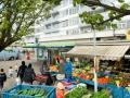 """<P STYLE=""""text-align: left;"""">We zijn nog steeds bij de groentewinkel van Ismaël alleen dan buiten op het Allebéplein en we zien hem in gesprek met Bert en Marie Jose. <br> Kunstenaars die in Slotervaart werken. Zij doen hun boodschappen ook regelmatig bij Ismaël.</p>"""