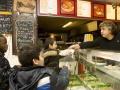 """<P STYLE=""""text-align: left;"""">We zijn weer bij Abi. Abi van de snackbar in de Jan Tooropstraat. Abi kan je eigenlijk wel het hart van Slotervaart noemen. <br> We zien Andrews, Salomain en Saad een Turkse pizza halen. Zij wonen vlakbij de snackbar van Abi. Evenals Abi zelf, die tegenover zijn werk woont.</p>"""